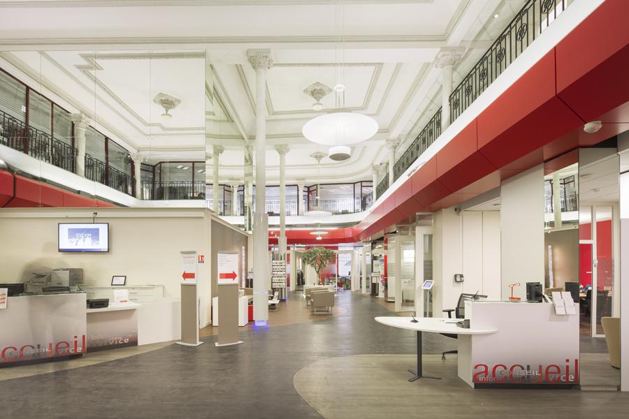 Déploiement mobilier sur-mesure pour agences bancaires hall d'accueil