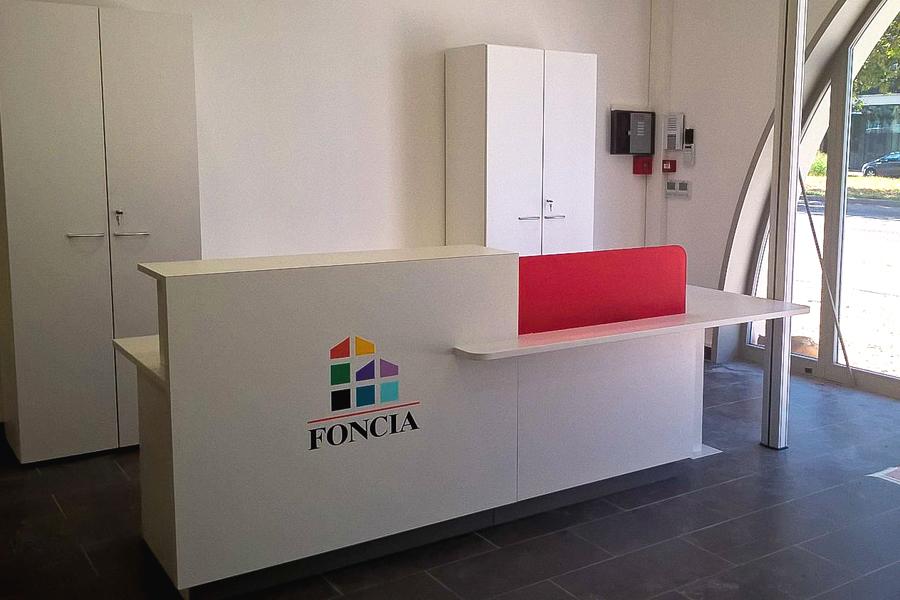 Mobilier réception sur-mesure pour Foncia dans toute la France